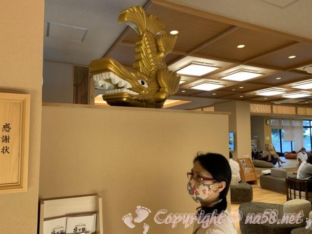 太閤天然温泉湯吉郎のレストラン付近、大きな金シャチの置物