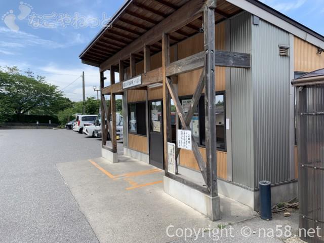 水晶の湯のための無料駐車場にある、シャトルバス乗り場