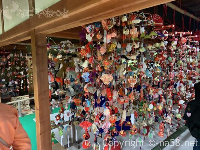 大鐘家(静岡県牧之原市)の母屋の展示、つるしびなとあじさい