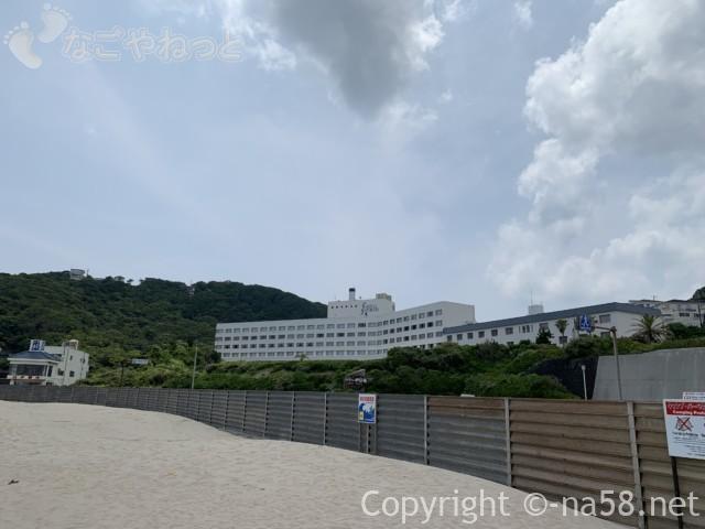 伊豆半島の白浜海岸、白浜海水浴場から山側をみた風景