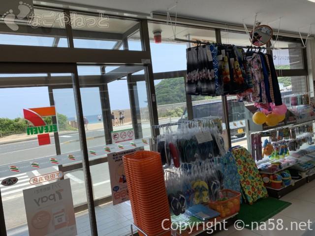伊豆半島の白浜海岸、白浜海水浴場、国道沿いにあるコンビニから海岸をみたところ