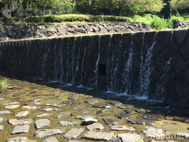 羽根谷だんだん公園(岐阜県海津市)の水遊び場の様子8月滝のように