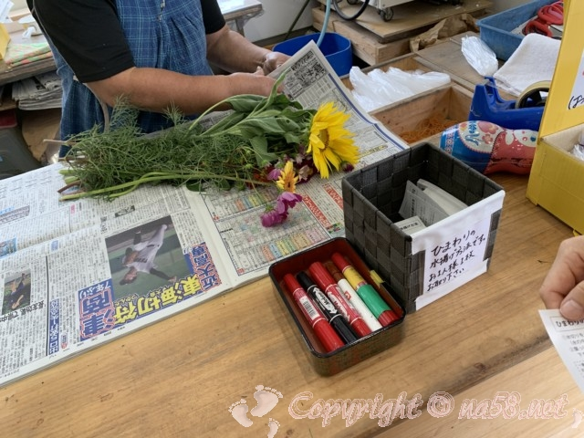 「観光農園花ひろば」(愛知県南知多町)摘んだ花をまとめてくださる
