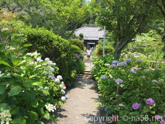 実谷山極楽寺(静岡県森町)の門を入ってみあげた風景