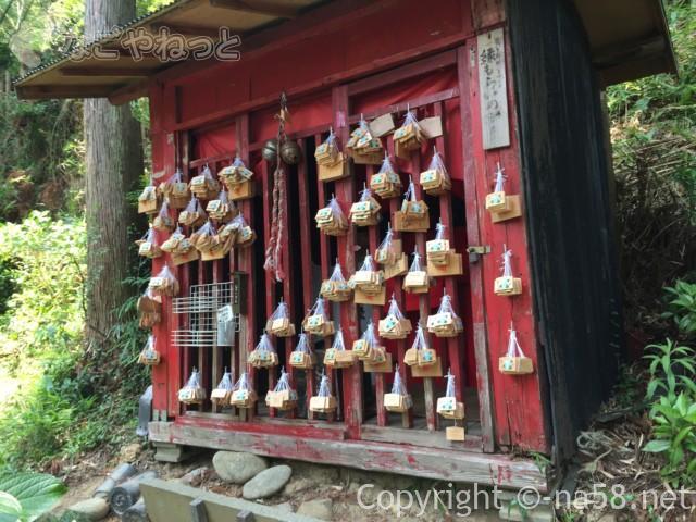 実谷山極楽寺(静岡県森町)裏山にある絵馬奉納所