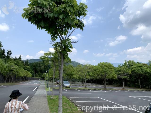 写真左が風土の森(静岡県河津市)、右側がバガテル公園の駐車場