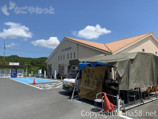 道の駅「伊勢志摩」物産館(三重県志摩市)屋外テントに海女さんの焼き貝