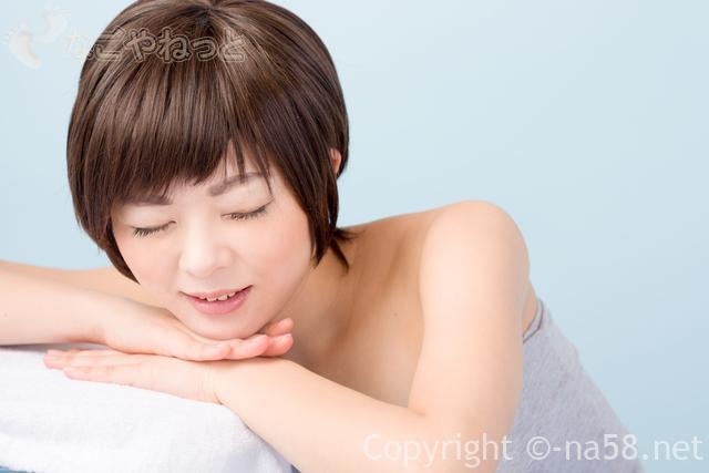 気持ちいい表情のタオルを巻いた女性