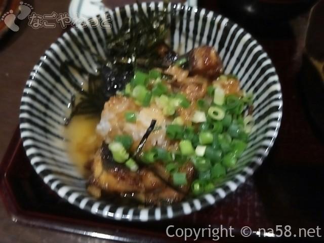 あつた蓬莱軒本店(名古屋市熱田区)のひつまぶし、薬味とつゆで