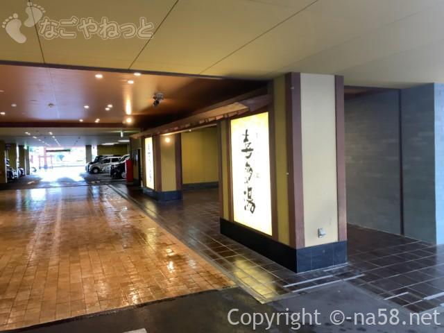 香流(かなれ)温泉喜多の湯(名古屋市守山区)駐車場と玄関