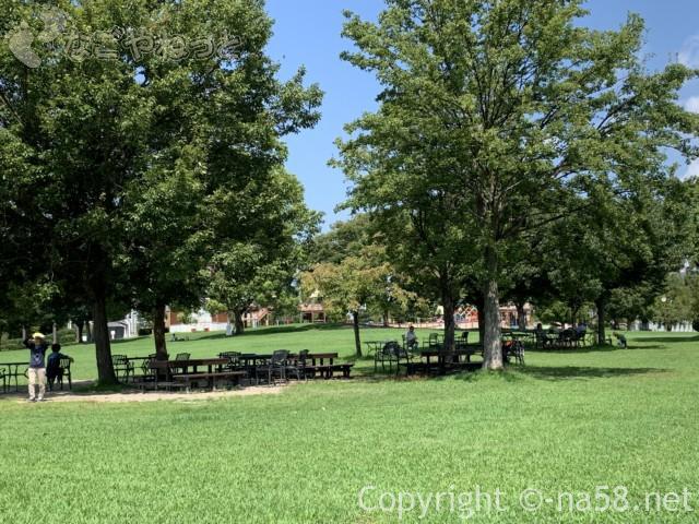 戸田川緑地(名古屋市港区)のレストハウス前の休憩スペース