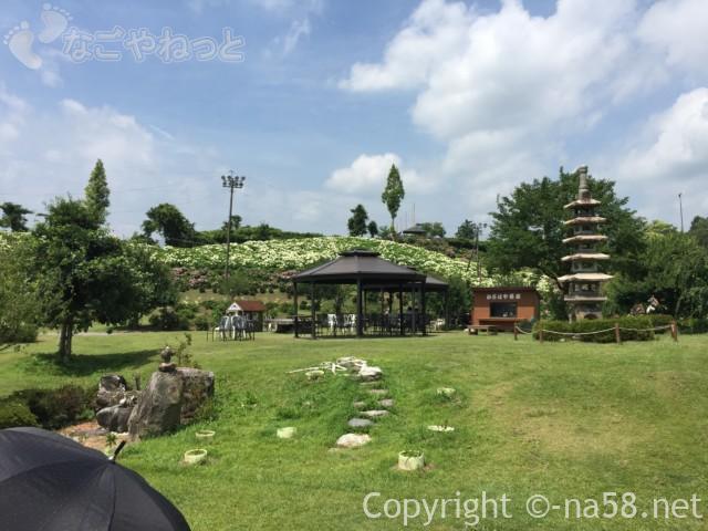 かざはやの里(三重県津市)のあじさい園の茶屋と広場
