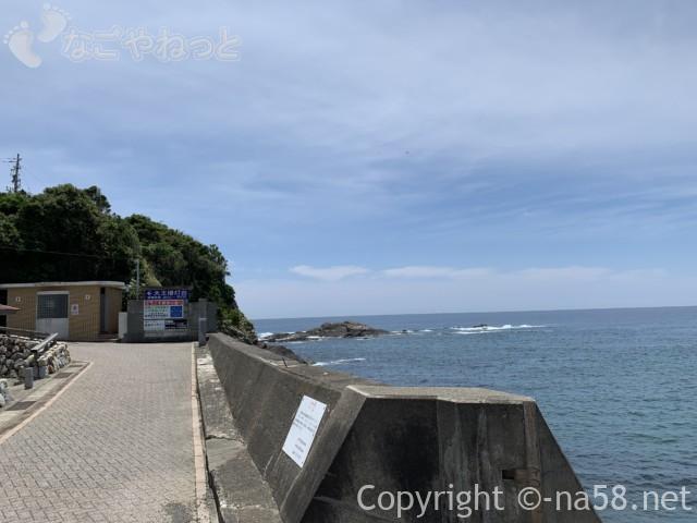 大王崎灯台(三重県志摩市)海と絶壁