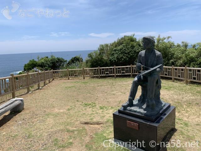 大王崎灯台(三重県志摩市)への道で、八幡さん公園の絵描きさんの像