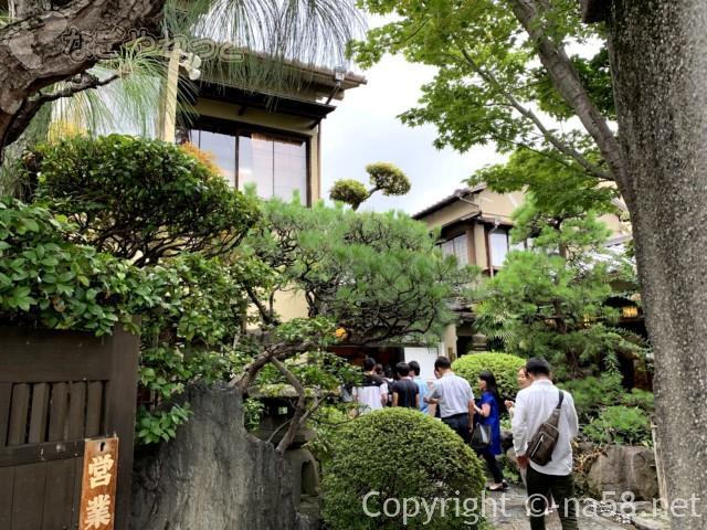 あつた蓬莱軒本店(名古屋市熱田区)に入店、門をはったところ