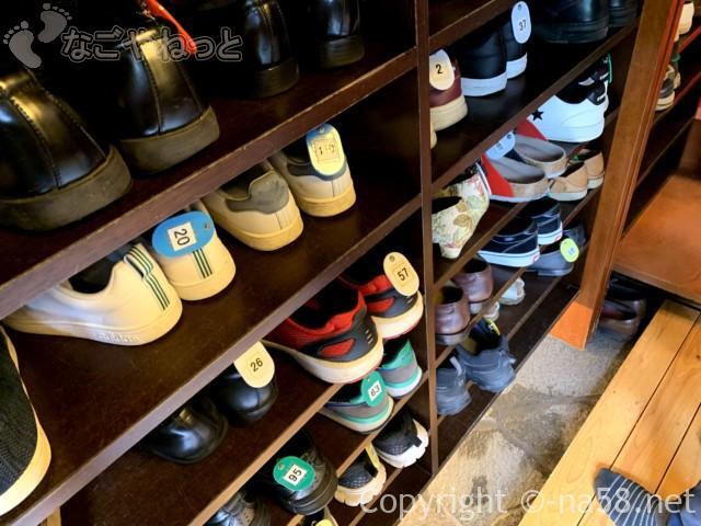 あつた蓬莱軒本店(名古屋市熱田区)下足箱に靴を、クリップのある札をつけ目印に
