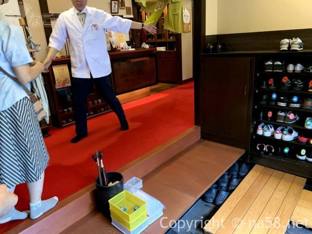 あつた蓬莱軒本店(名古屋市熱田区)の玄関から中待合へ