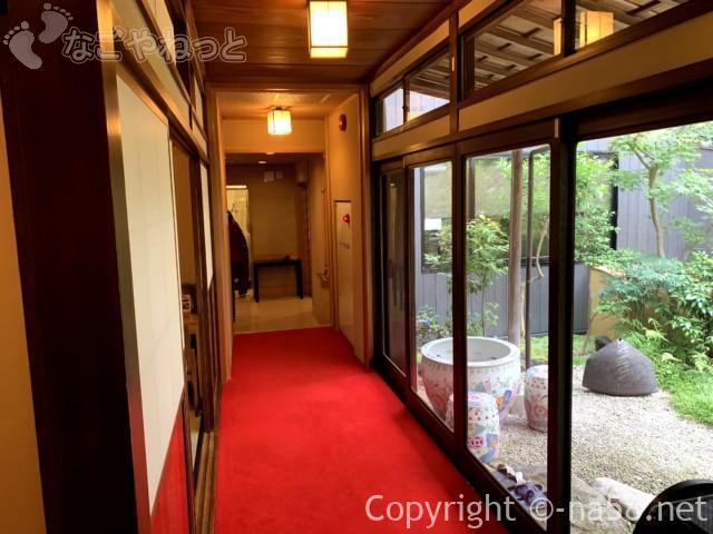 あつた蓬莱軒本店(名古屋市熱田区)中待合から食事室へ廊下と中庭
