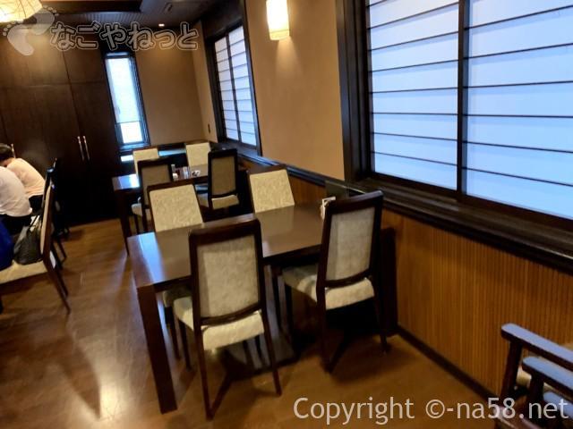 あつた蓬莱軒本店(名古屋市熱田区)の椅子テーブル席の部屋で食事