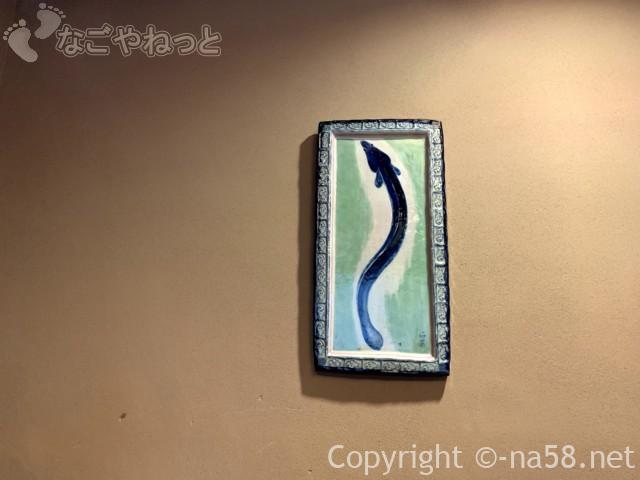 あつた蓬莱軒本店(名古屋市熱田区)の椅子テーブル席の部屋の壁飾り