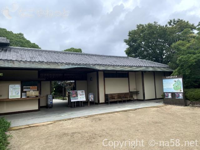 「白鳥庭園」(名古屋市熱田区)の正門前