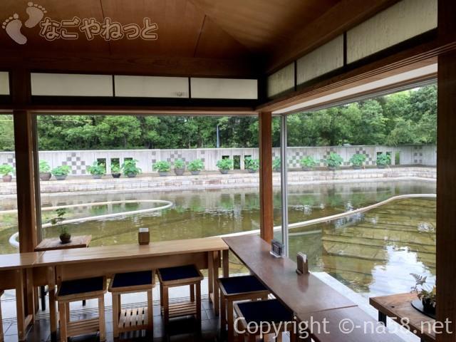 「白鳥庭園」(名古屋市熱田区)の甘味所「汐入亭」から見る「汐入の庭」