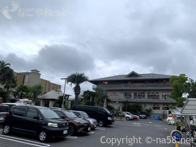 キャナルリゾート(名古屋市中川区)の駐車場から三階建ての施設を見て