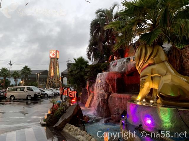 キャナルリゾート(名古屋市中川区)の駐車場と玄関付近のモニュメント
