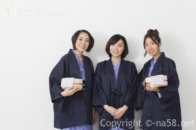 温泉に入ろうとしている浴衣と羽織姿の女性三人