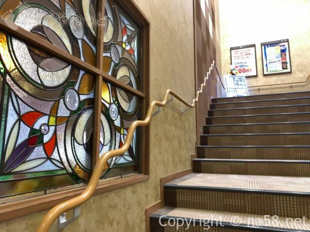 名東温泉花しょうぶ(愛知県長久手市)の入浴施設二階への階段