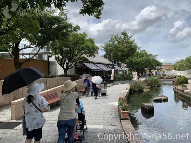 「オアシスパーク」(岐阜県各務原市)の園内散策川あり