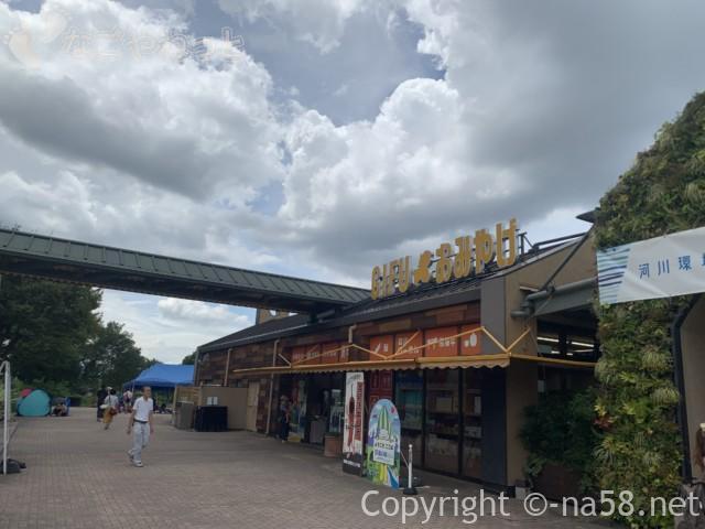 「オアシスパーク」(岐阜県各務原市)のファミリーマート