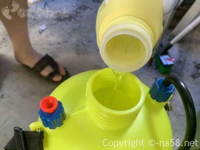 重曹と酸素系漂白剤を混ぜ合わせます。