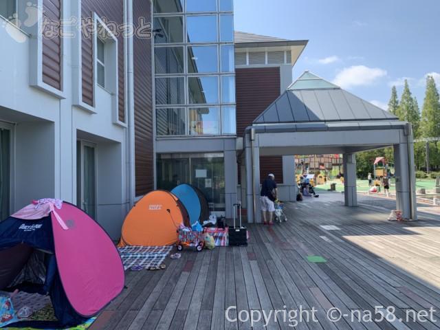 「とだがわこどもランド」(名古屋市港区)水遊び場・じゃぶじゃぶ池を見渡せるデッキ