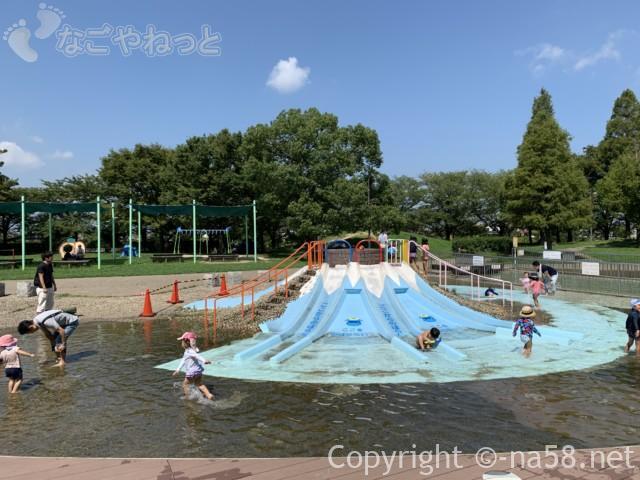 とだがわこどもランド(名古屋市港区)水遊び場、きりふき山滑り台
