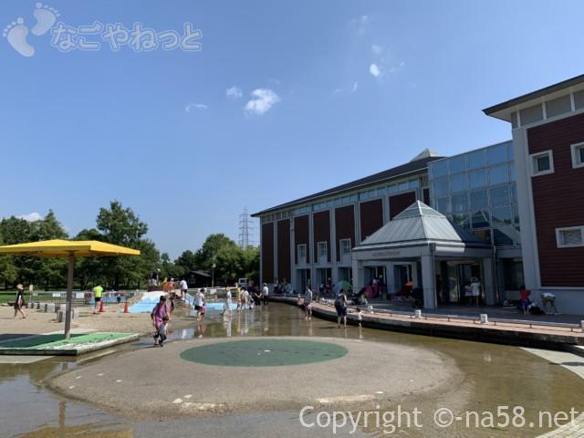 「とだがわこどもランド」(名古屋市港区)水遊び場・じゃぶじゃぶ池と本館をみた風景