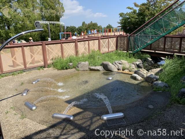 「とだがわこどもランド」で水遊び、遊具のところからの噴水と流れ