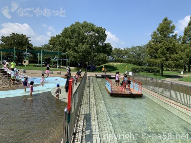 「とだがわこどもランド」(名古屋市港区)水遊び場・じゃぶじゃぶ池横のいかだ渡り