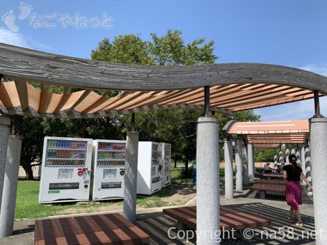 木曽三川公園センター(岐阜県海津市)の広場そばの自販機とベンチ