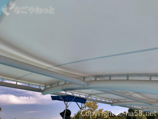 岐阜県こどもの国のプール(岐阜県養老郡養老町)のベンチの日除け屋根