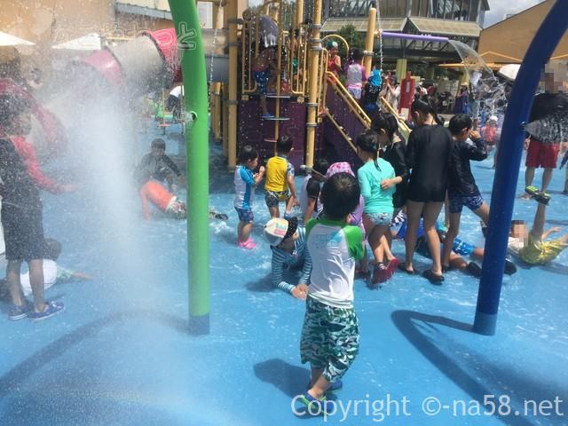 「オアシスパーク」(岐阜県各務原市)のわんぱくフィールドで水遊びする子供たち
