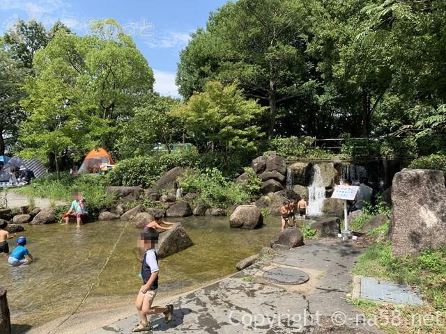 木曽三川公園センター水遊び場(じゃぶじゃぶ池)テントを張る家族も