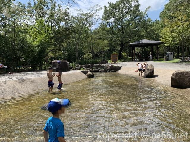 木曽三川公園センター水遊び場(じゃぶじゃぶ池)川の流れも