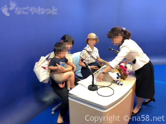 「NHK 放送体験スタジオわくわく」スタジオでアナウンサー体験