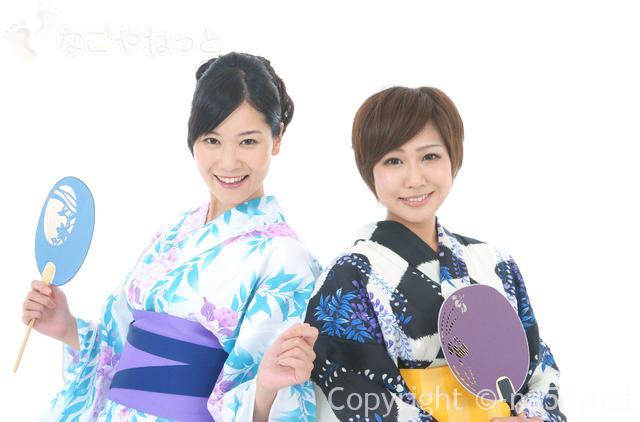 浴衣を着た若い二人の女性