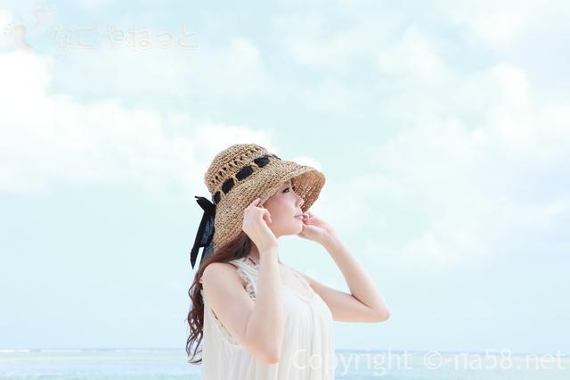 夏のレジャー、涼し気な帽子をかぶったノースリーブの若い女性