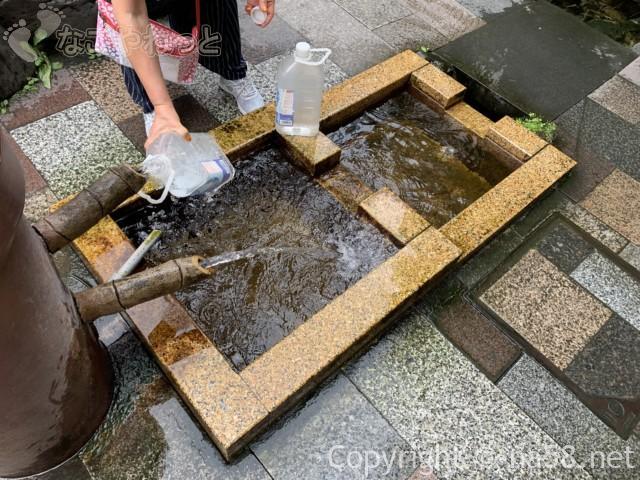 岐阜県大垣市「大手いこ井の泉(湧き水)」で水を持ち帰る人