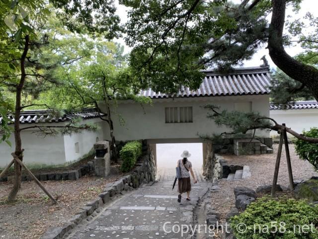 大垣城(岐阜県大垣市)の門を出て郷土館に向かうところ
