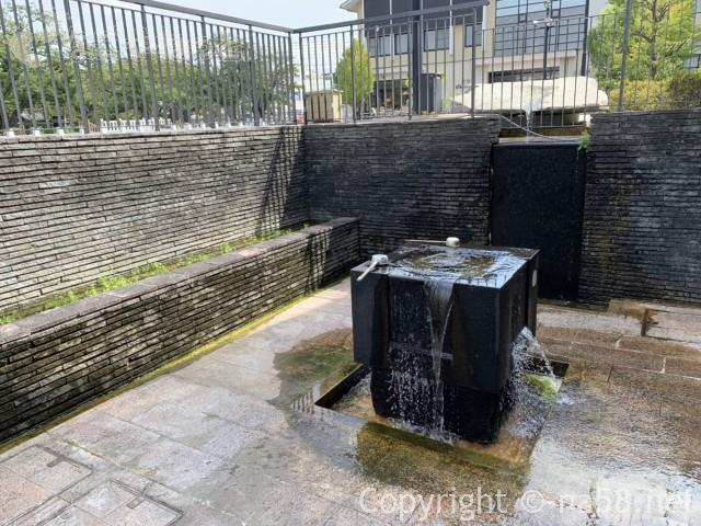 「奥の細道むすびの地記念館」となりにある「むすびの泉」湧水