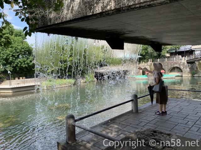 「奥の細道むすびの地」近くの四季の広場の滝